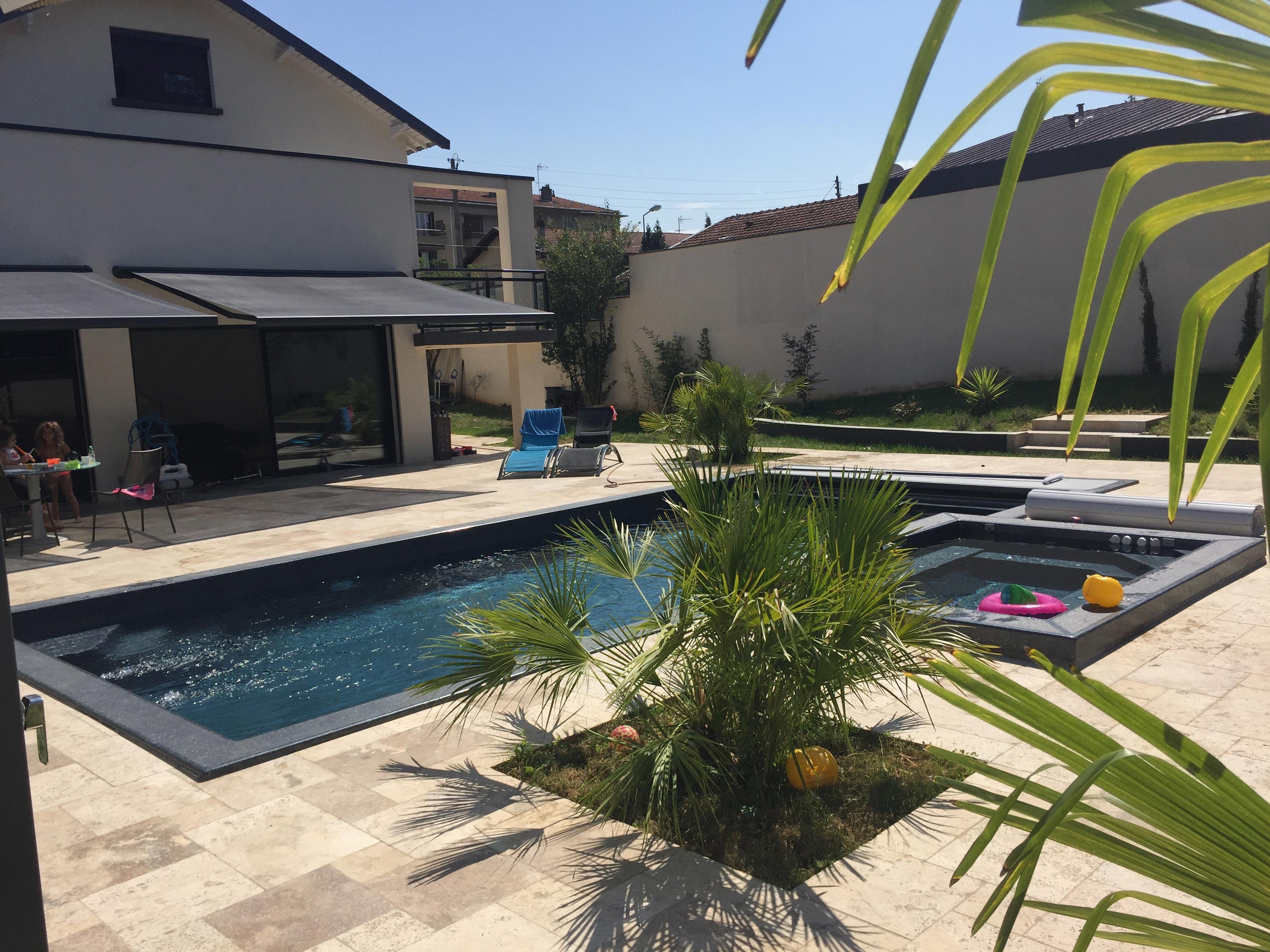 Constructeur de piscine les piscines du sud est for Piscine coque polyester isere